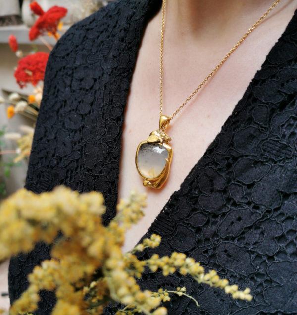 Pendentif l'Abeille sur la Tulipe Vermeil & Agate Dendritique porté